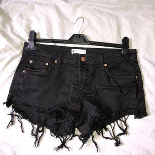 Snygga svarta shorts från Gina tricot stl 38. Knappt använda. Säljer pga för stora på mig. Kan mötas upp eller frakta (då står köparen för frakten) :)