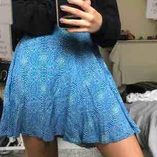 🦋Söt mönstrad kjol, köpt i Miami. Helt oanvänd med prislapp kvar. Kan mötas upp eller frakta (då står köparen för frakten) :)