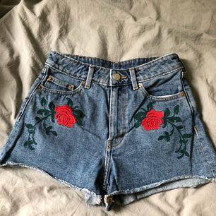 🌹Skitsnygga shorts från monki!🌹storlek 25 eller XS. Använda endast ett par fåtal gånger! Kan mötas upp eller frakta (köparen står för frakten) :)