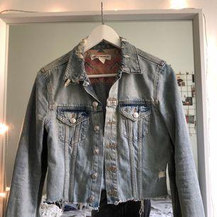 Cropped jeansjacka från h&m i storlek 34