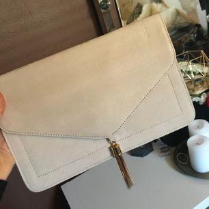 Nude kuvertväska från ASOS. Köparen betalar frakt :)