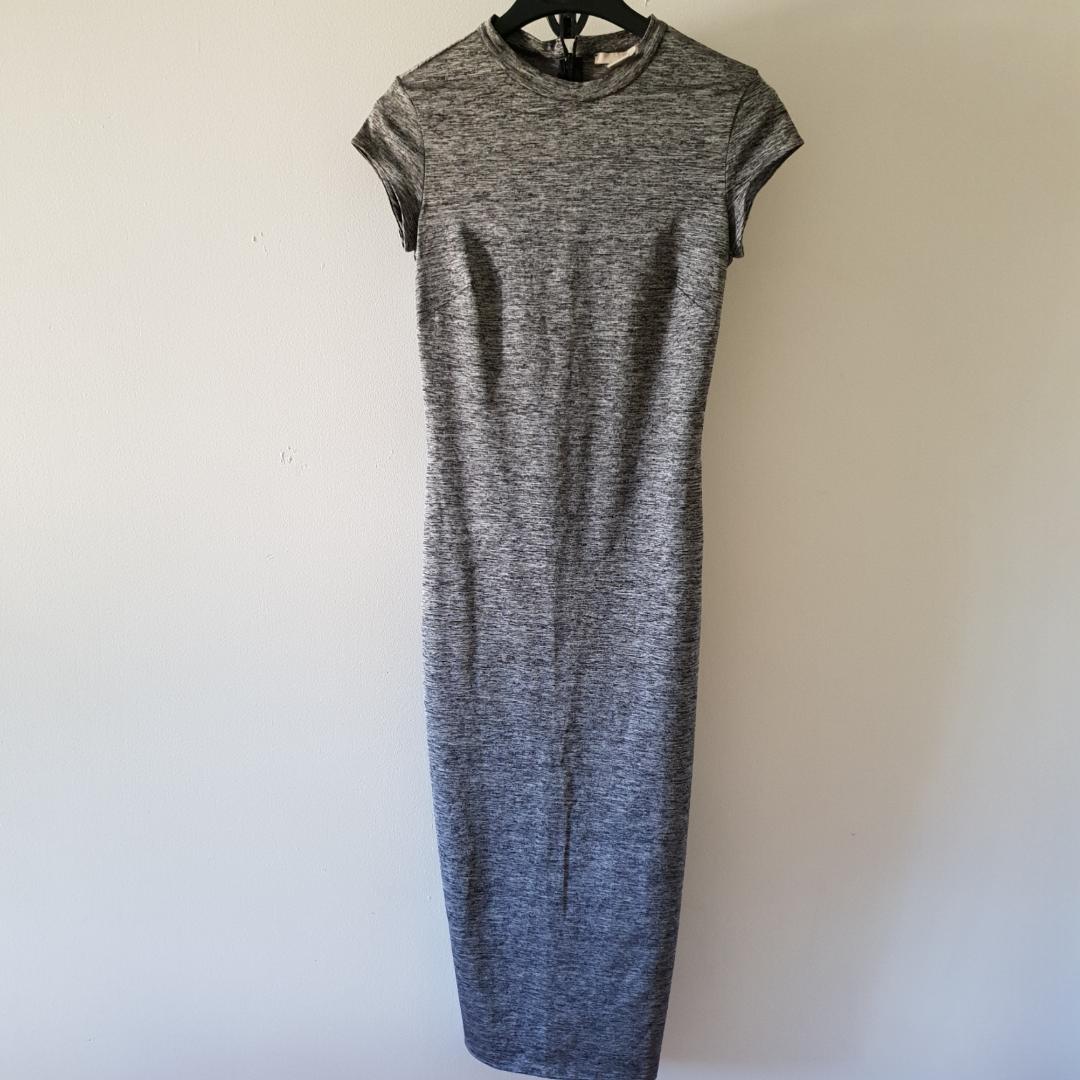 Midi-lång gråmelerad klänning från h&m. Dragkedja bak i nacken samt en längst nes som gör möjlighet för slits om så önskas. . Övrigt.