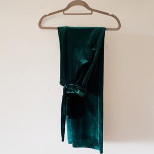 Gröna velvetbyxor från Nelly Trend, knytbart band i midjan. Kan postas, köparen står för frakt.