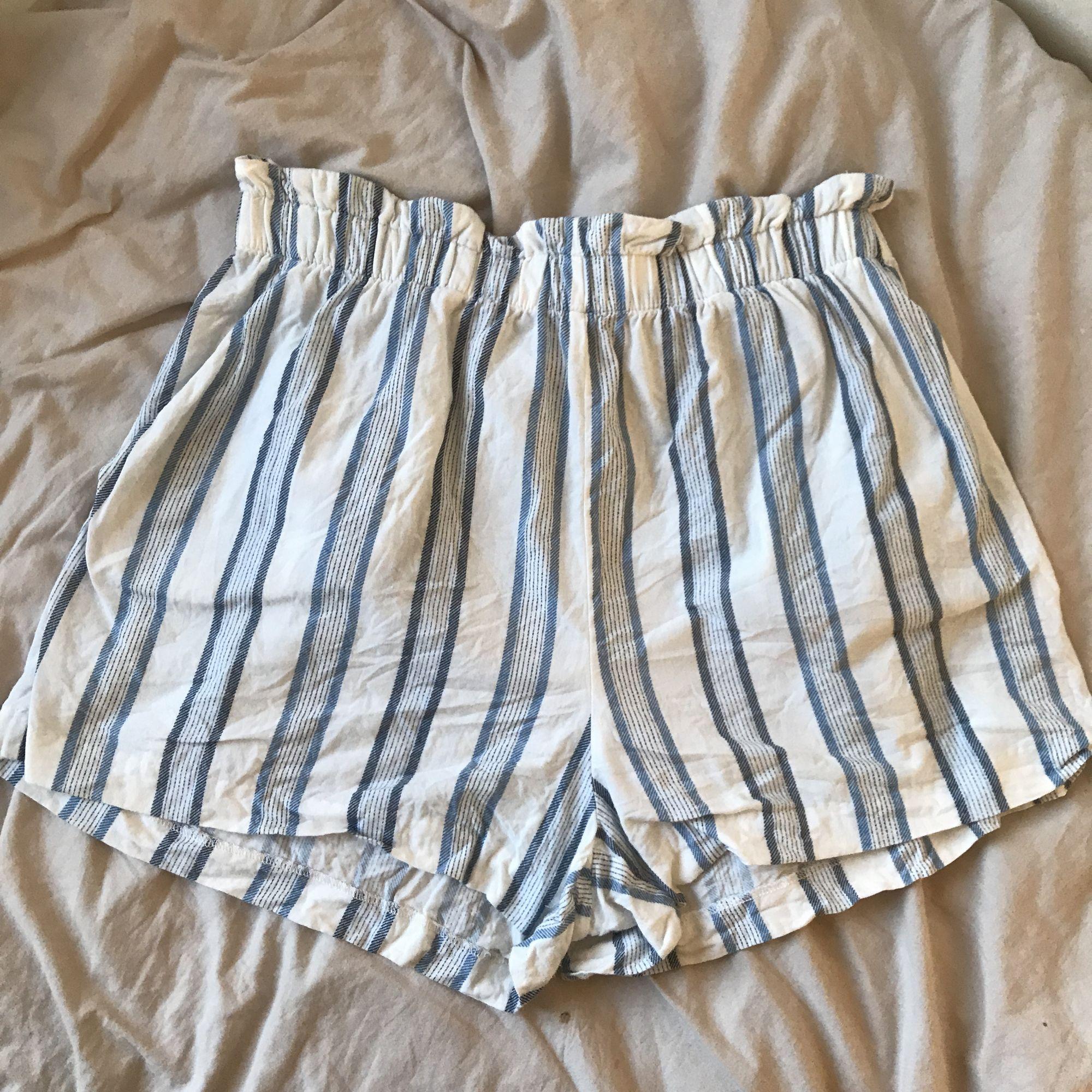 Randiga shorts i fint skick.  frakt 39kr. Shorts.