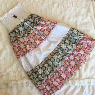 Sommarklänning som jag har köpt i Bangkok. Det finns också en väldigt lätt klänning i så att kroppen kommer inte synas utanför.  Swish, kan mötas upp runt Sthlm. Köparen står för frakt 🌻
