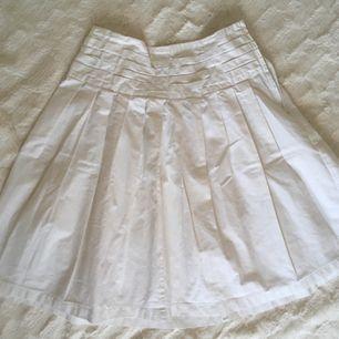 High-waisted vita kjol som jag köpte från Manila. Jag är 150cm i längden då slutar kjolen till mina knä.  Swish, kan mötas upp runt Sthlm. Köparen står för frakt 🌻