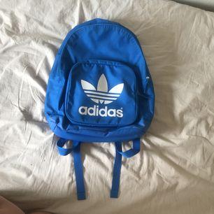 Adidas väska fint skick  Frakt 55kr postnord