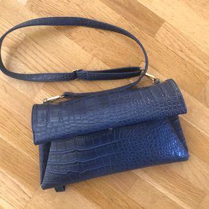 Fiiiiin väska i mörkblå skinn- imitation. Köpt utomlands!✨