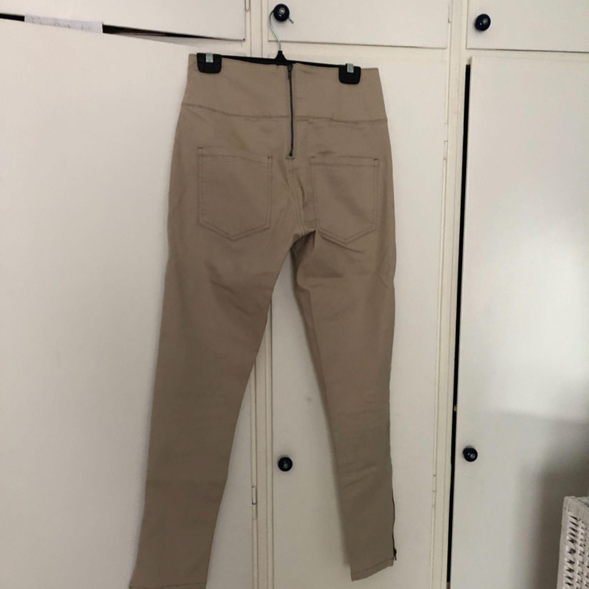 Beige jeans med dragkedja baktill. Använda fåtal gånger dvs mycket fint skick. Kan mötas upp i Stockholm eller skicka. Köparen betalar frakt ca 40kr.. Jeans & Byxor.