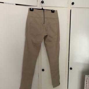 Beige jeans med dragkedja baktill. Använda fåtal gånger dvs mycket fint skick. Kan mötas upp i Stockholm eller skicka. Köparen betalar frakt ca 40kr.