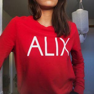 Jätteskön röd sweatshirt från Alix The Label. Ursprungspris 800kr. Säljer för 200kr för att den har en liten lös tråd längst fram. Kan möta i Göteborg!