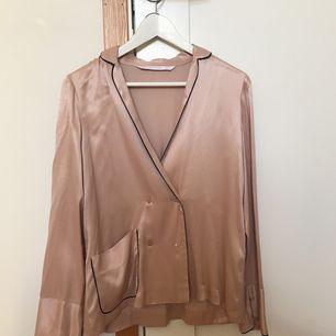 Fin ljusrosa silkesblus från Zara. Funkar till fest och vardags. Använt den en gång. Kan möta i Göteborg!