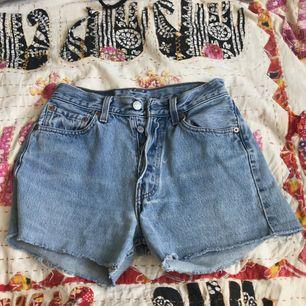Snygga vintage 501 Levis shorts. Skulle säga att de passar storlek 24 och 24. Säljer de för att dem är för små. Kan möta upp i Göteborg.