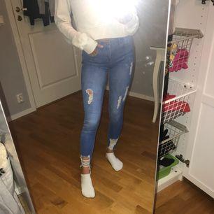 """stretchiga jeans från river island. Det står att det är stl """"6"""", skulle säga att det motsvarar xs! Köparen står för frakt!"""