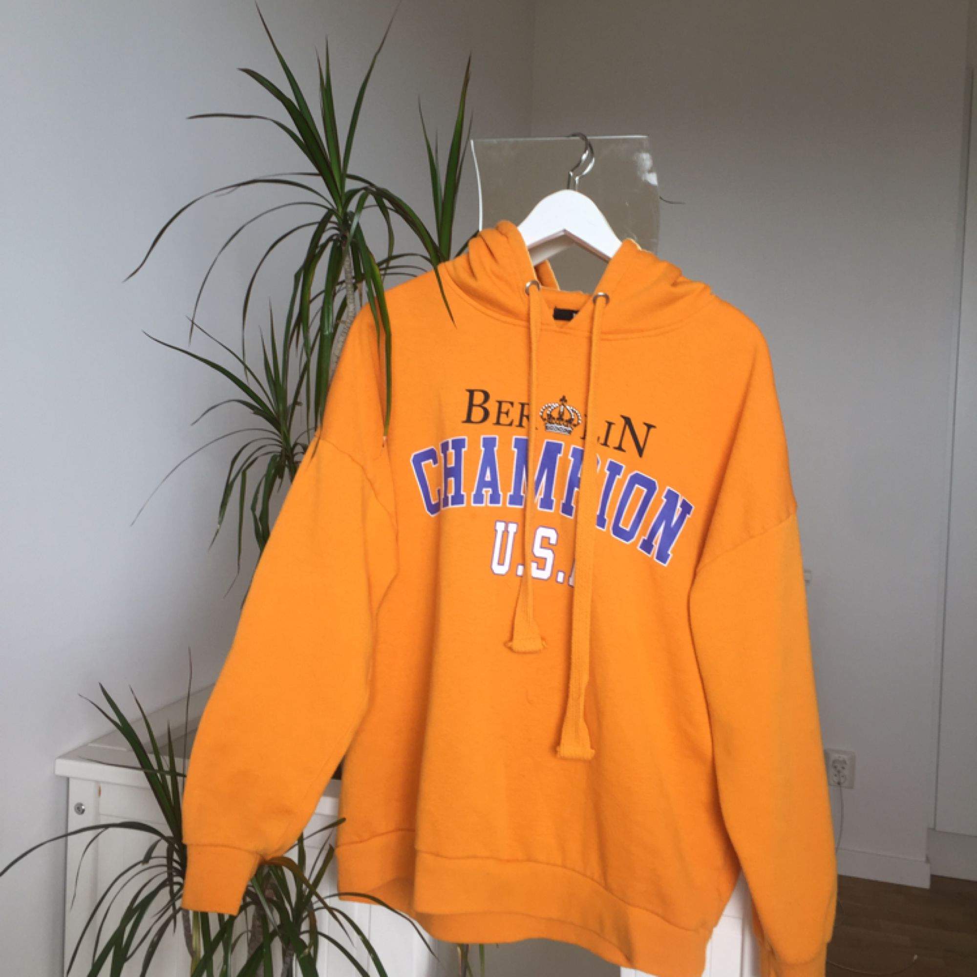Fin gul hoodie med tryck. Köpt på BikBok för 299:- om jag minns rätt. Storlek XS men den är ganska oversized så skulle även passa större storlekar. Lite nopprig men inte så farligt. Kan mötas upp <33. Huvtröjor & Träningströjor.