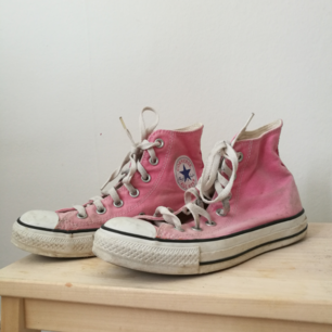 Lovely, slightly sun-bleached pink converse shoes that are unfortunately too small for me. Can meet up or the buyer stands for shipping :)