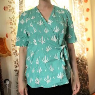 Jag bjuder på frakten 🌼 Superfin hemmasydd kimono i 100% bomull, köpt second hand. Minsta storlek 53 x 74 cm. Man kan få en större strl genom att knyta bandet i midjan lösare. Jag är en 42:a och toppen sitter som på bilderna på mig. 🌼🌼🌼🌼
