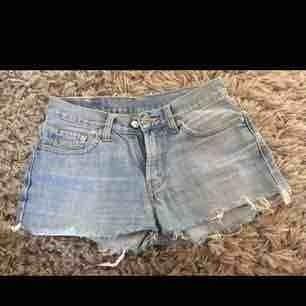 Vintage. Levi's shorts och inte använda på 2 år. Midjemått: 30