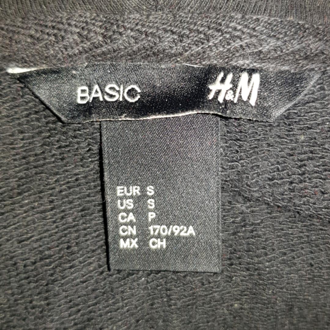 Svart munkjacka från killavdelningen. Då den är från killavdelningen är den väldigt stor så skulle kanske säga att den är ca M-L🌸. Huvtröjor & Träningströjor.