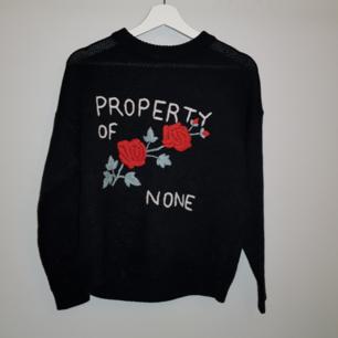 Mysig tröja med rostryck på🌹 Köptes i Italien förra sommaren men kommer inte till nytta längre eftersom det inte känns som min smak😊