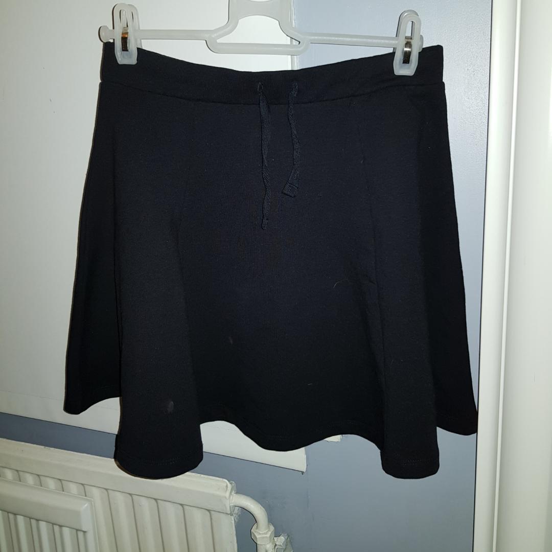 En svart kjol från barnavdelningen. Har knytband på framsidan. . Kjolar.