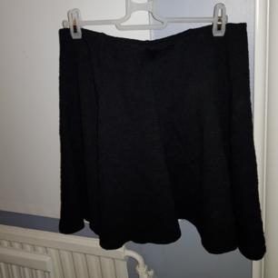 Supersöt svart kjol med spetsmönster! Kjolen har tillhört en annan person innan mig så vet tyvärr inte vilken storlek den är då lappen blivit bortklippt av förra ägaren. Har själv aldrig använt kjolen pågrund av att den var för stor. Skulle tippa på storlek M-L för att att kjolen har ett elastiskt band i midjan.