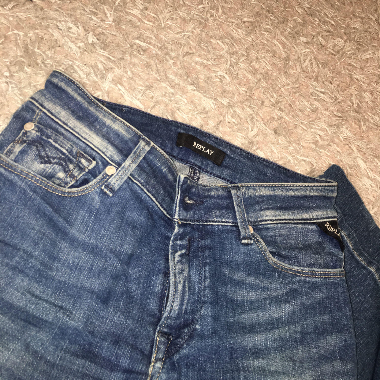 Replay jeans storlek 26, små i storleken. Använda ca 3 gånger, säljer pågrund av att dom är förkorta.. Jeans & Byxor.