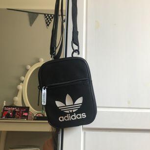 Liten väska från adidas! Köpt för 199 kr och säljs pga att jag inte använt den lika mycket som tänkt! Köparen står för frakt!