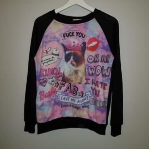 Rolig tröja med grumpy cat och msssor av små texter. Om jag minns rätt när jag beställde tröjan så är det storlek S men kan även passa XS skulle jag säga😊 msterialet är inte heller så tjockt så funkar bra när det är varmt!