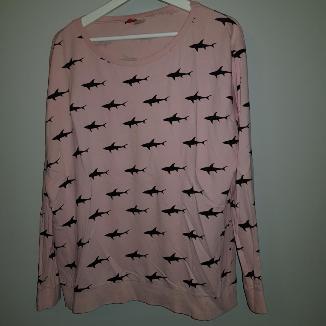 Puderrosa tröja från H&M med svarta hajar på🦈 Är i ett tunnt material så är skön att ha på sig! . Huvtröjor & Träningströjor.