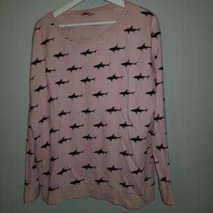 Puderrosa tröja från H&M med svarta hajar på🦈 Är i ett tunnt material så är skön att ha på sig!