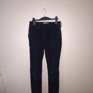Mörkblåa högmidjade Hollister jeans i modellen slim! Jätte snygga på!  Säljer pga de är för små Storlek: 24/31 Pris kan diskuteras