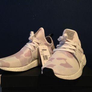 Helt oanvända Adidas NMD XR1 White Camo med original låda samt prislapp.  Storlek är 40 2/3 enligt adidas storlekar, alltså lite mindre än 41 för att förtydliga.