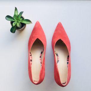 Ett par supertjusiga pumps med taxklack i pastellrosa! Köpta på Zara, sparsamt använda. Bra kvalitet, äkta skinn! Skickas mot frakt (skicka lätt) eller hämtas upp i centrala Gbg! 🌿snabb affär och snabba beslut/svar uppskattas! 🙂