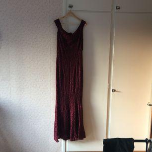 Vacker aftonklänning som aldrig kom till användning. Sitter som en vanlig 36. Köparen står för kraften.