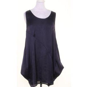 Monki klänning i mörkblå svalt följsam tyg. Klänningen har två fickor 👍✨✨✨ och sitter löst i oversize look. Fint skick 🖤➕➕➕ Bilder är referensbilder och riktiga klänningen som faktiskt säljs syns i min Plick!