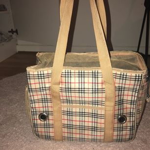 Handväska, min lille växte ur den så Med en tår i ögat måste jag säljer den, den är ren i bra skick.