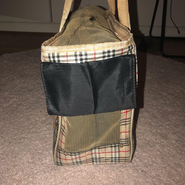 Handväska, min lille växte ur den så Med en tår i ögat måste jag säljer den, den är ren i bra skick. . Övrigt.