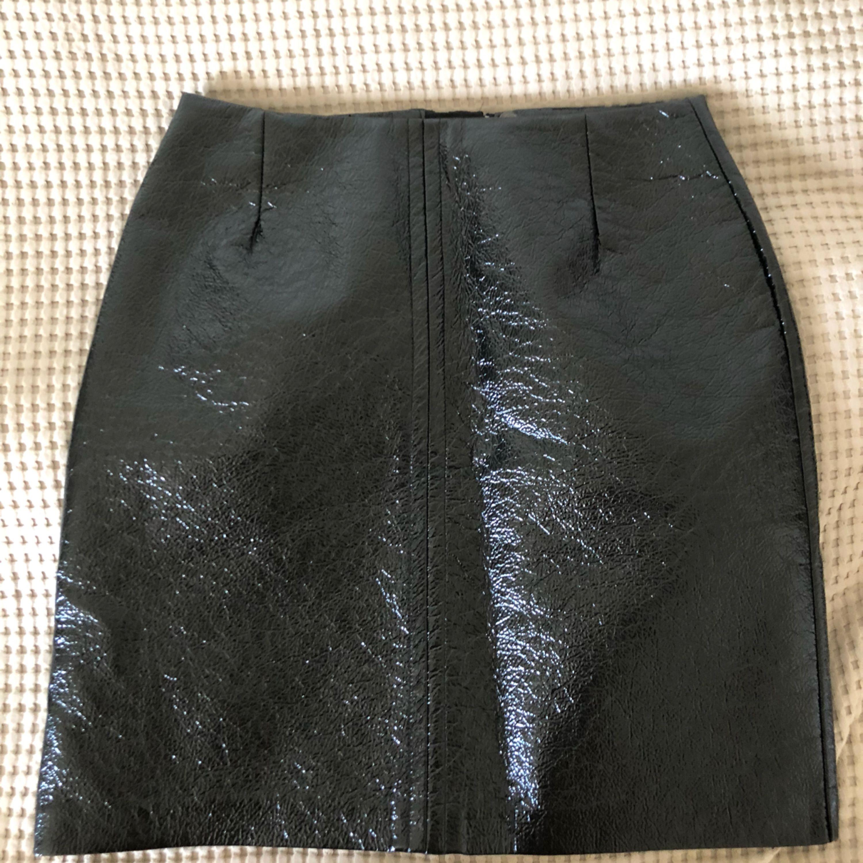 Kjol i latexliknande material, normal i storleken. Ord pris 399, + Frakt 40kr . Kjolar.