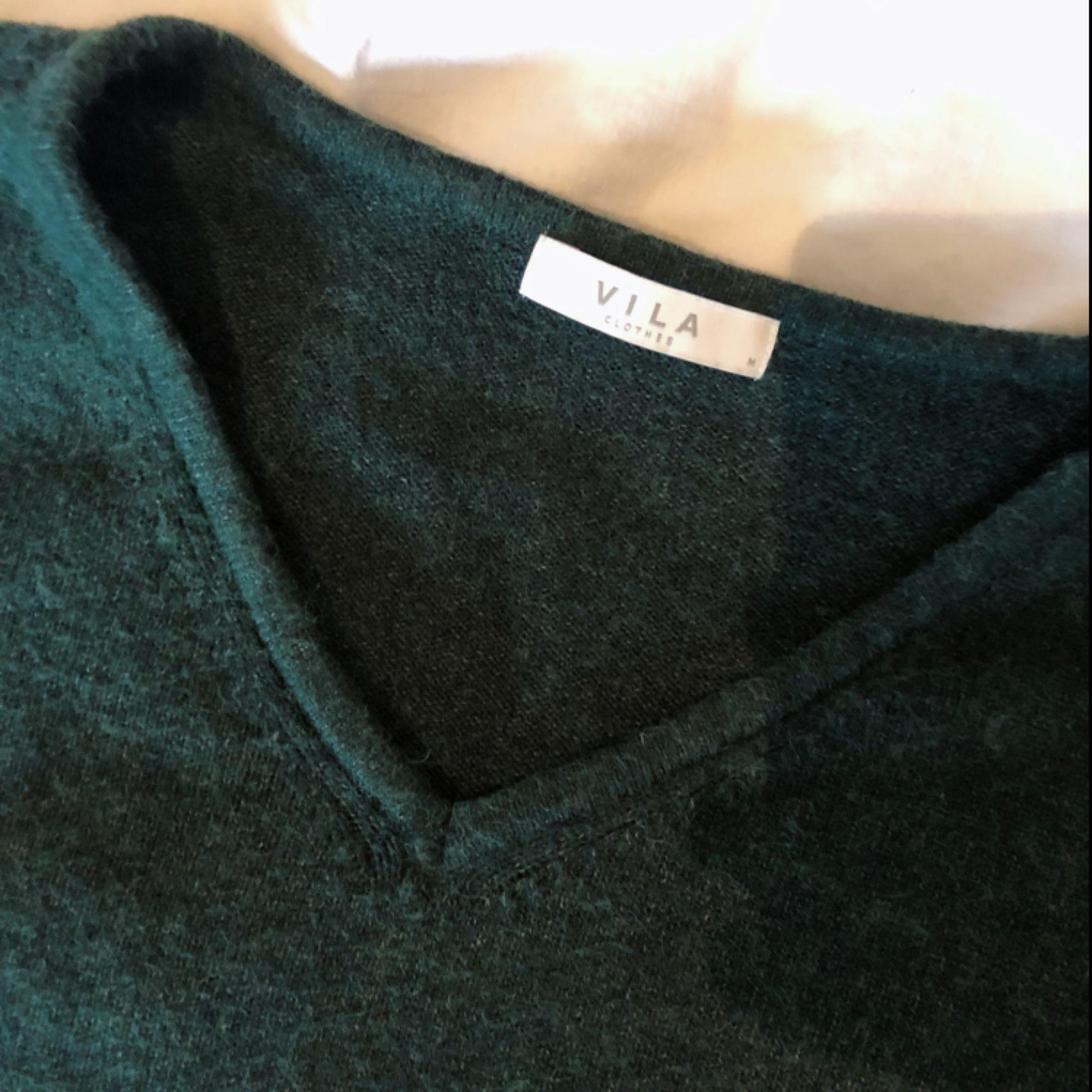 V-ringad ulltröja från vila. Grön som på första bilden. Knappt använd. Tröjor & Koftor.