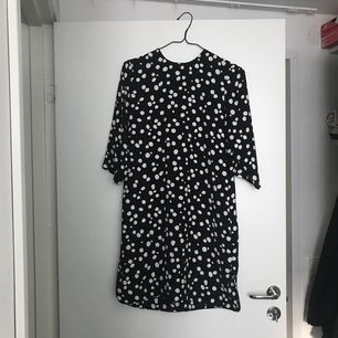Prickig klänning från & Other stories. Jättefint skick!