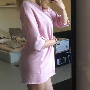Ljusrosa oversized klänning i mjukt material från BikBok. Endast använd ett fåtal gånger. Köparen står för frakten :)
