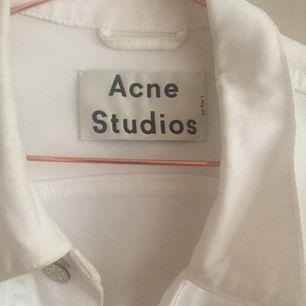 Vit kort jeansjacka från Acne Studios! Jättefin nu till sommaren.