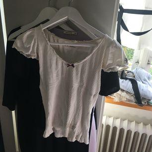 Den klassiska vita Odd molly tröjan i 0. Fint skick då jag knappt använt den, har bara legat i garderoben.