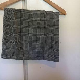 Rutig kjol i stretchigt material från primark, motsvarar en XS. Möts upp i sthlm annars står köparen för frakt!