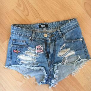 Sjukt snygga ribbade korta shorts från bikbok! Har tagit bort vissa broderier därför finns som små svarta noppringar här & där men det går att sprätta om man orkar! Möts i sthlm annars står köparen för frakt