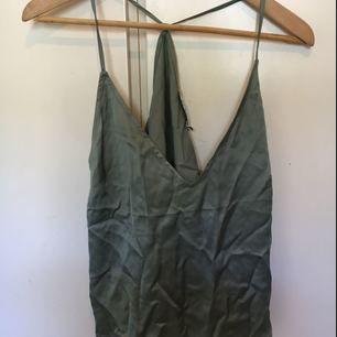 Fettt snyggt v-ringat linne i siden material. Sjukt najs som fest topp. Är i turkos/grön färg och i blankt material. Sitter löst och är verkligen superfint. Möts upp i sthlm annars står köparen för frakt