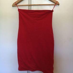 Röd tight ärmlös klänning från gina tricot. Jättesnygg att styla med korsett eller något coolt bälte. Möts upp i sthlm annars står köpare för frakt😊