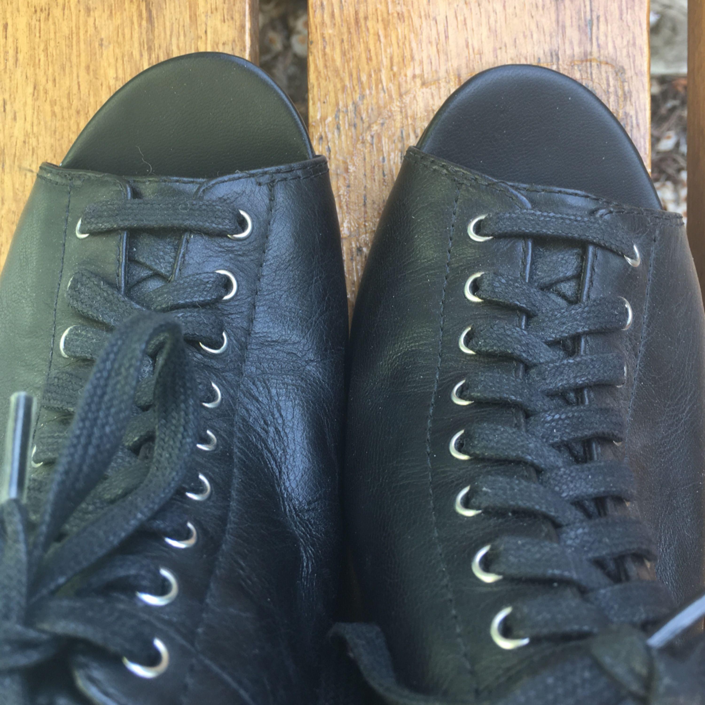 Gulliga retro stil kilklack från Vagabond i nyskick. Skinn, svart med lace up snörning. Peep-toe 50-tal stil ❣️. Skor.