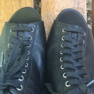 Gulliga retro stil kilklack från Vagabond i nyskick. Skinn, svart med lace up snörning. Peep-toe 50-tal stil ❣️